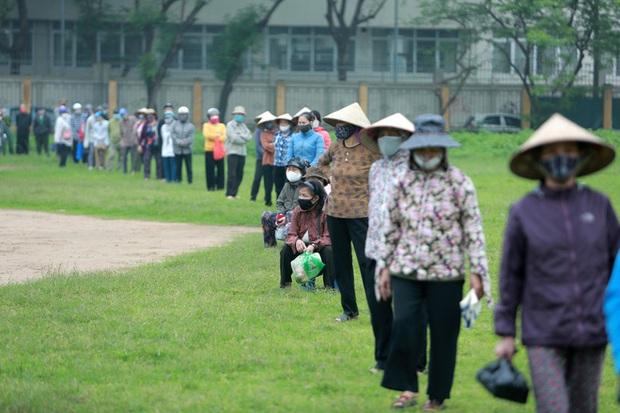Hàng nghìn người rồng rắn cả km, xếp hàng kín sân vận động chờ tới lượt đến ATM gạo - Ảnh 7.