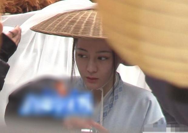 Địch Lệ Nhiệt Ba lộ mặt mộc xinh bất ngờ tại hậu trường phim mới, ai còn chê Ba Béo xuống sắc thì ra đây xem nào! - Ảnh 1.