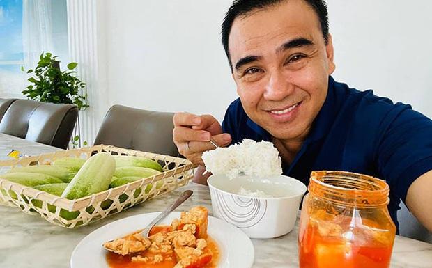 Hé lộ bữa ăn bất ngờ của MC giàu nhất Việt Nam Quyền Linh: Chỉ cơm nguội, dưa leo và chao nhưng vẫn khen nức nở - Ảnh 2.
