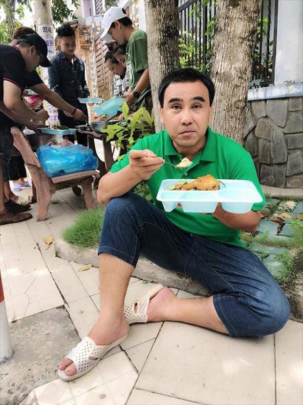 Hé lộ bữa ăn bất ngờ của MC giàu nhất Việt Nam Quyền Linh: Chỉ cơm nguội, dưa leo và chao nhưng vẫn khen nức nở - Ảnh 4.