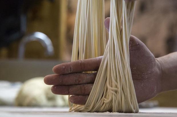 Ở Trung Quốc có một món mì kỳ lạ ai cũng phải dùng vào dịp sinh nhật, đặc biệt khi ăn nhất định không được… làm đứt sợi mì? - Ảnh 3.