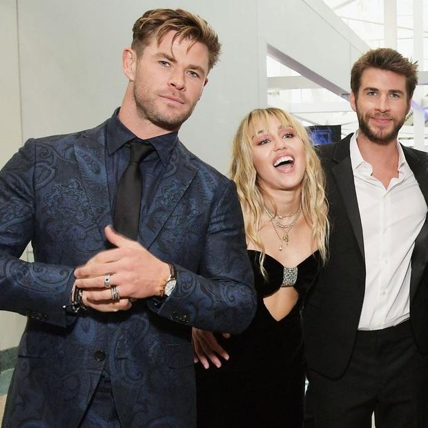 Thor Chris Hemsworth đá đểu Miley Cyrus trên bìa tạp chí chỉ bằng một chi tiết đặc biệt? - Ảnh 7.