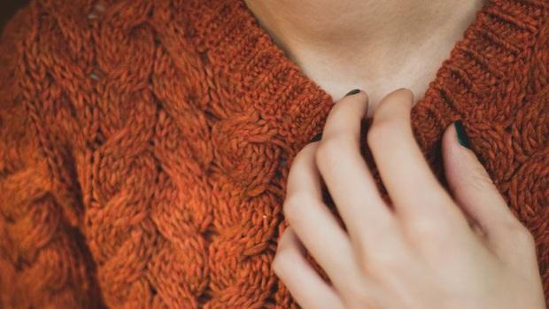 Mùa này dễ bị dị ứng da, nếu cảm thấy da ngứa ngáy, khó chịu, đừng dại dột mà làm 3 hành động tưởng chừng giúp giảm cơn ngứa - Ảnh 2.