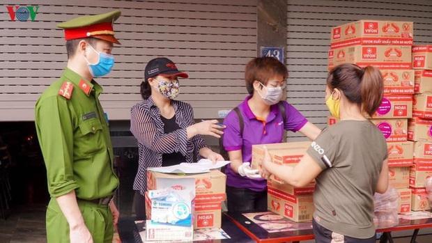 """""""ATM mì tôm"""" của bác sĩ và tình nguyện viên tặng cho người nghèo - Ảnh 1."""