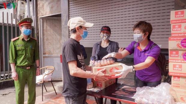 """""""ATM mì tôm"""" của bác sĩ và tình nguyện viên tặng cho người nghèo - Ảnh 2."""