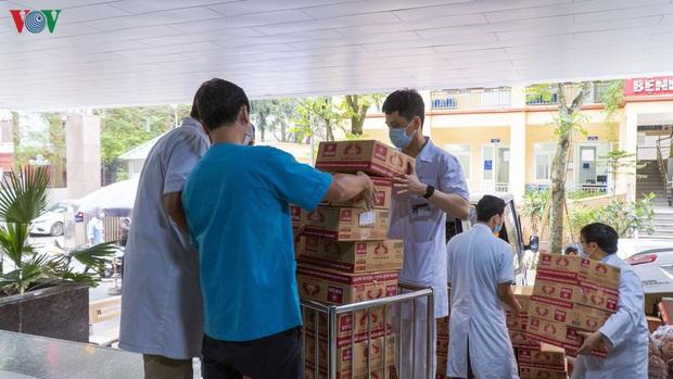 """""""ATM mì tôm"""" của bác sĩ và tình nguyện viên tặng cho người nghèo - Ảnh 5."""