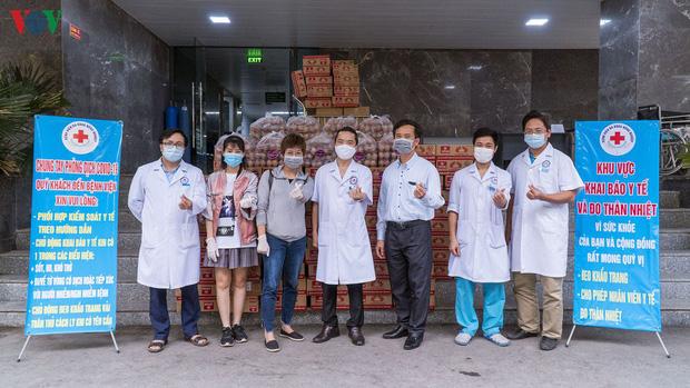 """""""ATM mì tôm"""" của bác sĩ và tình nguyện viên tặng cho người nghèo - Ảnh 8."""