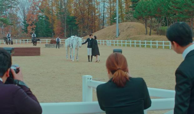 Điều khó hiểu nhất ở hai tập mở màn Quân Vương Bất Diệt là điệu bộ nhún ngựa của Lee Min Ho? - Ảnh 2.