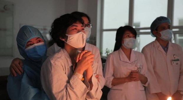Nữ sinh 18 tuổi mắc ung thư phổi: Một ngày đứng trước gương, chỉ vuốt tóc 15 phút nhưng mình trọc cả mái đầu - Ảnh 1.
