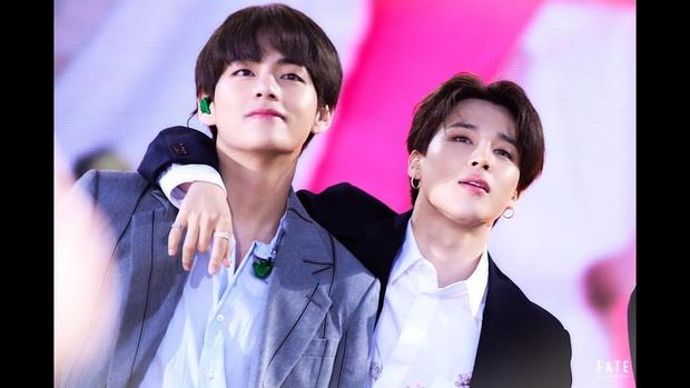 Xem tới khoảnh khắc V và Jimin cõng nhau tình bể bình trong concert của BTS, fan cưng không chịu nổi tích cực căng buồm ra khơi - Ảnh 4.