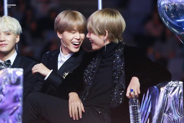 Xem tới khoảnh khắc V và Jimin cõng nhau tình bể bình trong concert của BTS, fan cưng không chịu nổi tích cực căng buồm ra khơi - Ảnh 5.