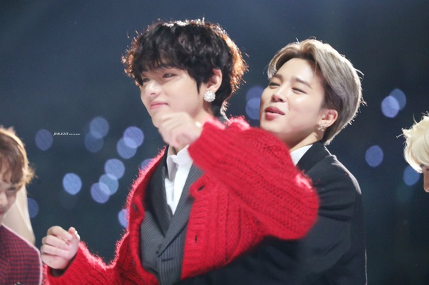 Xem tới khoảnh khắc V và Jimin cõng nhau tình bể bình trong concert của BTS, fan cưng không chịu nổi tích cực căng buồm ra khơi - Ảnh 7.