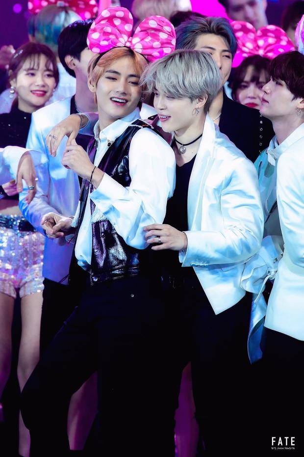 Xem tới khoảnh khắc V và Jimin cõng nhau tình bể bình trong concert của BTS, fan cưng không chịu nổi tích cực căng buồm ra khơi - Ảnh 8.