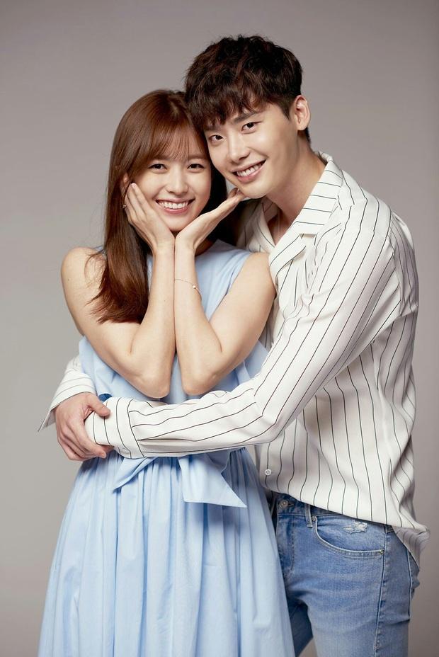 Đào mộ khoảnh khắc Lee Jong Suk hôn chị đẹp Han Hyo Joo táo bạo, nhưng bật chế độ ngượng chín mặt ngay sau tiếng CUT - Ảnh 12.