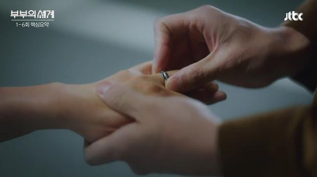 Phát hiện tình tiết mấu chốt ở Thế giới Hôn Nhân: Bà cả li dị chồng nhưng vẫn đeo nhẫn cưới? - Ảnh 1.