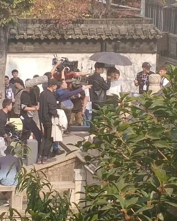 Lùm xùm cố ý tung hint chưa qua, Dương Tử - Tiêu Chiến tiếp tục lộ ảnh nắm tay nhau tình tứ ở hậu trường phim mới - Ảnh 1.