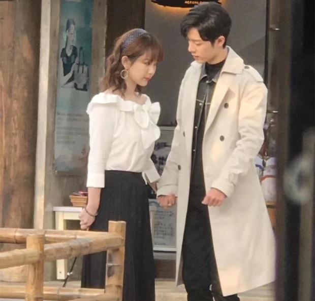 Lùm xùm cố ý tung hint chưa qua, Dương Tử - Tiêu Chiến tiếp tục lộ ảnh nắm tay nhau tình tứ ở hậu trường phim mới - Ảnh 4.