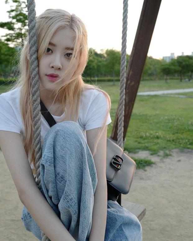 Tóc dài thướt tha sợ làm gì cũng sến, bạn phải học ngay 3 cách buộc tóc sang và xinh hết ý của Rosé - Ảnh 6.