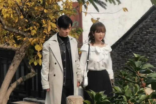 Lùm xùm cố ý tung hint chưa qua, Dương Tử - Tiêu Chiến tiếp tục lộ ảnh nắm tay nhau tình tứ ở hậu trường phim mới - Ảnh 8.
