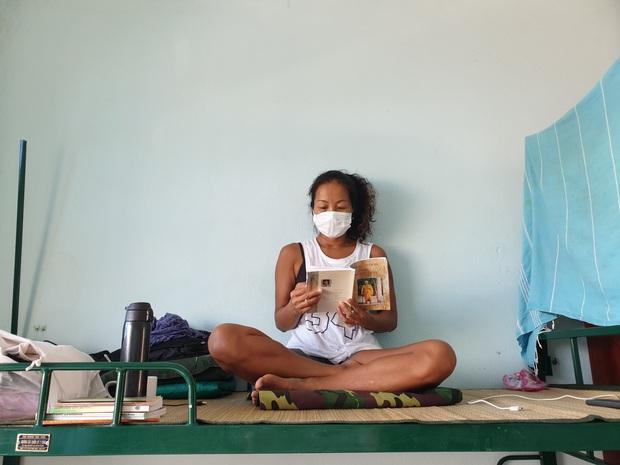 Cô giáo biến trung tâm cách ly thành... lớp dạy Yoga miễn phí - Ảnh 9.