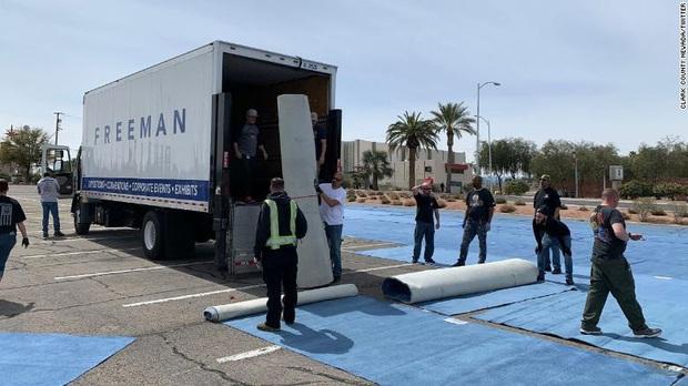 Thành phố Las Vegas của Mỹ chia từng ô cách nhau gần 2 m trong bãi đỗ xe để cho người vô gia cư ngủ trong khi khách sạn thì bỏ trống - Ảnh 2.