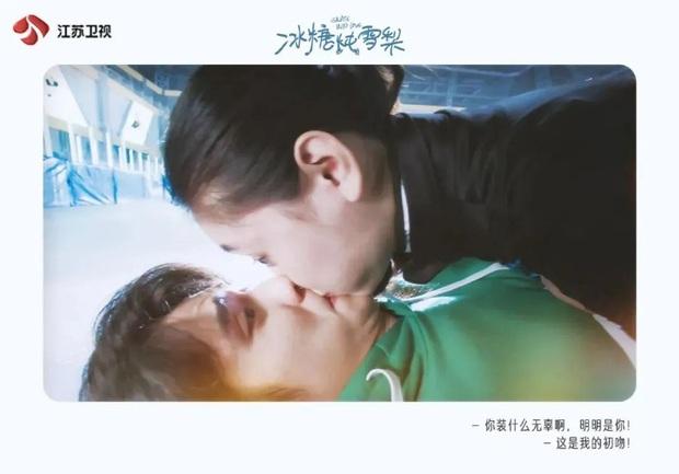 3 nụ hôn nhìn mà thèm của Lê Hấp Đường Phèn: Đẹp nhất là màn ăn mừng chiến thắng trên sân băng - Ảnh 2.