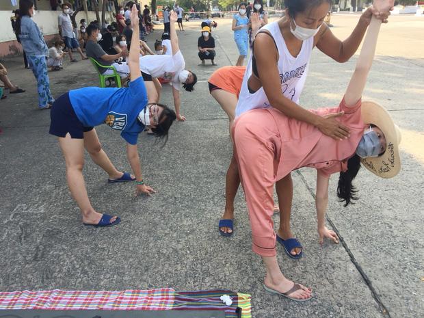 Cô giáo biến trung tâm cách ly thành... lớp dạy Yoga miễn phí - Ảnh 8.