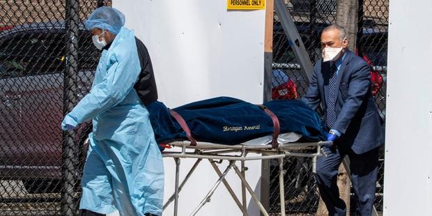 Đại dịch Covid-19 ngày càng tệ hơn, Mỹ chuẩn bị sẵn 100.000 túi đựng thi thể cho tình huống xấu nhất - Ảnh 2.