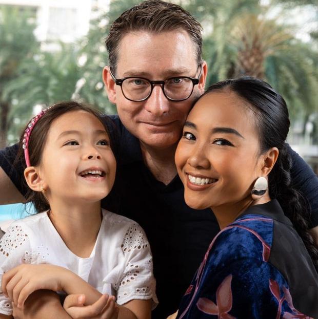 Thiên thần lai nhà Đoan Trang mới 6 tuổi đã ra dáng tiểu mỹ nhân, trổ tài make up chuyên nghiệp đến mức mẹ cũng bất ngờ - Ảnh 8.