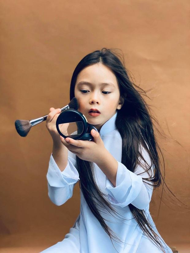 Thiên thần lai nhà Đoan Trang mới 6 tuổi đã ra dáng tiểu mỹ nhân, trổ tài make up chuyên nghiệp đến mức mẹ cũng bất ngờ - Ảnh 2.