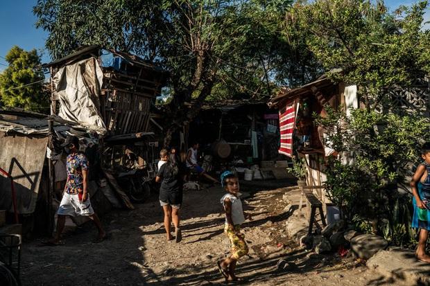Bạn có thể tránh dịch, nhưng sao thoát được cơn đói?: Chuyện tồn tại của người nghèo châu Á giữa những thành phố bị phong tỏa vì Covid-19 - Ảnh 1.