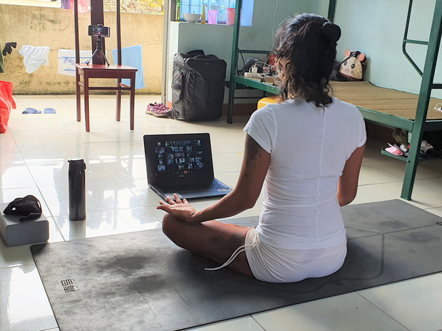 Cô giáo biến trung tâm cách ly thành... lớp dạy Yoga miễn phí - Ảnh 5.