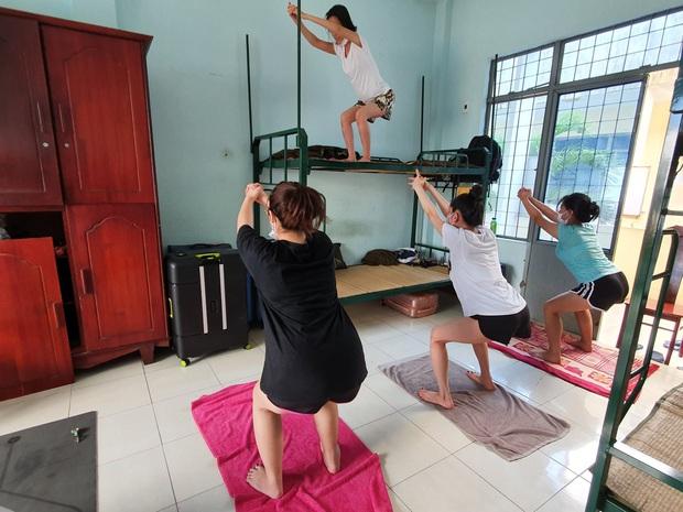 Cô giáo biến trung tâm cách ly thành... lớp dạy Yoga miễn phí - Ảnh 4.