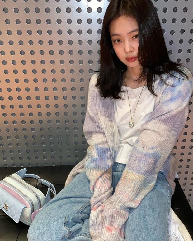 """Biên tập viên thời trang chỉ ra 8 trend Jennie lăng xê mùa này: Lạ nhất là áo shirket, bạo nhất là style áo lót """"lộ thiên"""" - Ảnh 2."""