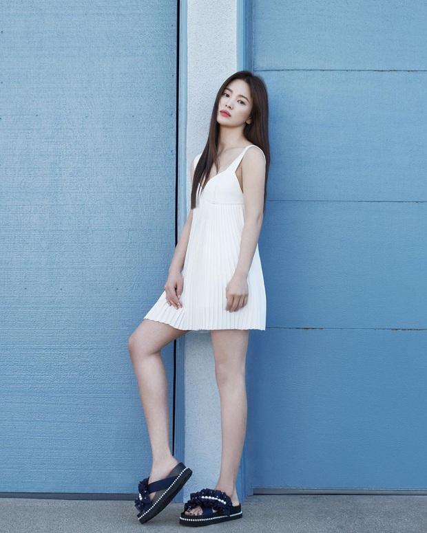 """Tuổi hơn cả giáp, Song Hye Kyo vẫn """"cưa sừng"""" diện kiểu đầm """"oan nghiệt"""" từng khiến Jennie bị châm biếm suốt một dạo - Ảnh 1."""