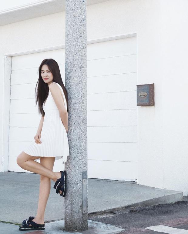 """Tuổi hơn cả giáp, Song Hye Kyo vẫn """"cưa sừng"""" diện kiểu đầm """"oan nghiệt"""" từng khiến Jennie bị châm biếm suốt một dạo - Ảnh 3."""