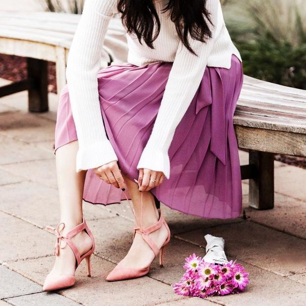 Ngọc Trinh bị chê kém duyên khi ngồi thử giày, các chị em chớ có mắc lỗi này khi mặc váy ngắn! - Ảnh 2.