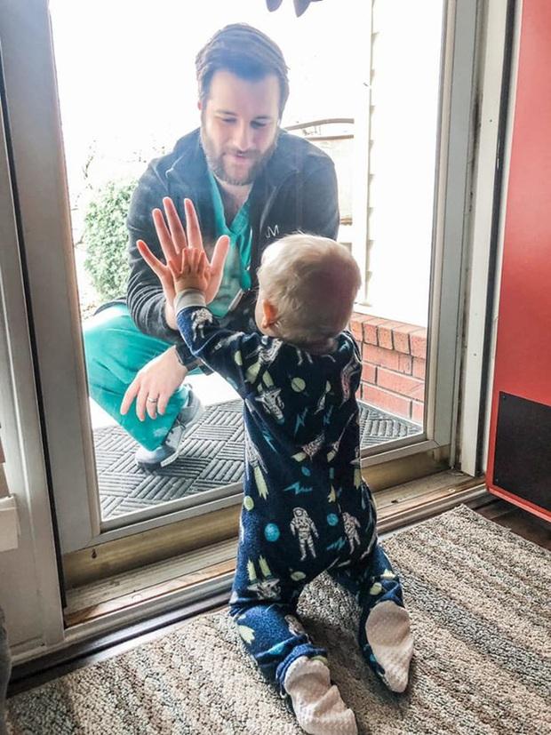 Khoảnh khắc bác sĩ ở tuyến đầu chống Covid-19 về thăm con trai: Nhớ lắm nhưng chỉ được nhìn qua cửa kính, mặt đối mặt nhưng xa cách muôn trùng - Ảnh 1.