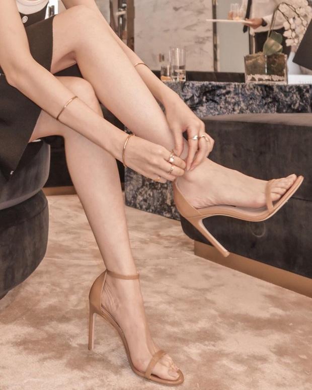 Ngọc Trinh bị chê kém duyên khi ngồi thử giày, các chị em chớ có mắc lỗi này khi mặc váy ngắn! - Ảnh 4.