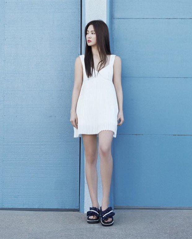 """Tuổi hơn cả giáp, Song Hye Kyo vẫn """"cưa sừng"""" diện kiểu đầm """"oan nghiệt"""" từng khiến Jennie bị châm biếm suốt một dạo - Ảnh 2."""