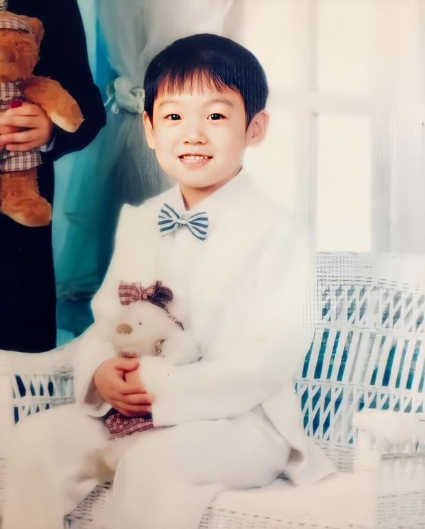 Phục chế ảnh hồi bé của em út vàng Jungkook (BTS), chị em thi nhau bấn loạn: Đúng là người đàn ông đẹp nhất thế giới! - Ảnh 8.
