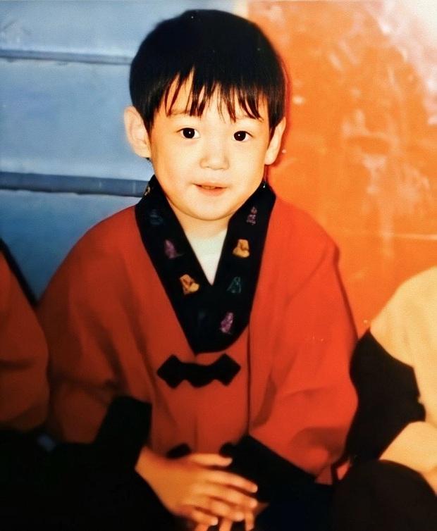 Phục chế ảnh hồi bé của em út vàng Jungkook (BTS), chị em thi nhau bấn loạn: Đúng là người đàn ông đẹp nhất thế giới! - Ảnh 3.