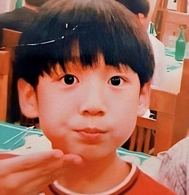 Phục chế ảnh hồi bé của em út vàng Jungkook (BTS), chị em thi nhau bấn loạn: Đúng là người đàn ông đẹp nhất thế giới! - Ảnh 4.