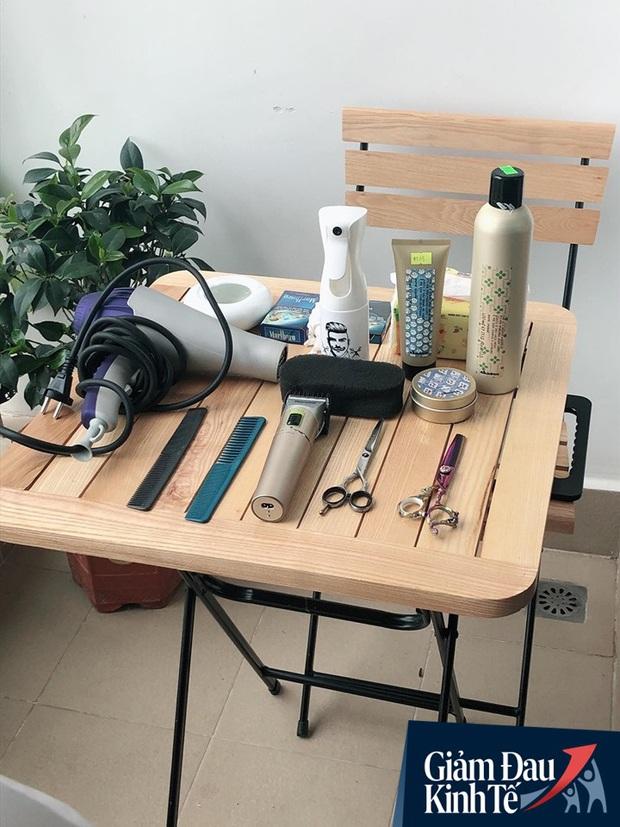 Salon đóng cửa vì dịch Covid -19, thợ tóc vẫn có tiền bỏ túi nhờ dịch vụ cắt tóc tại nhà - Ảnh 5.