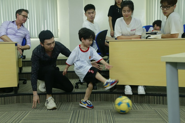Hết cúp học, chơi bóng bằng tay, Bé Đậu lại liên tục ghi bàn khi học đá bóng cùng Công Vinh - Ảnh 3.