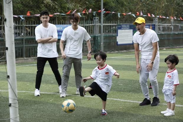Hết cúp học, chơi bóng bằng tay, Bé Đậu lại liên tục ghi bàn khi học đá bóng cùng Công Vinh - Ảnh 4.