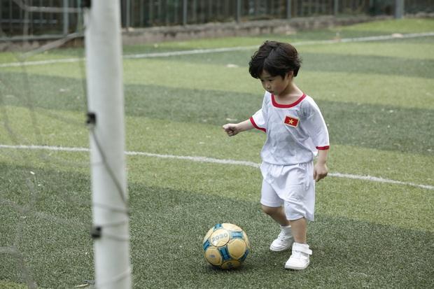 Hết cúp học, chơi bóng bằng tay, Bé Đậu lại liên tục ghi bàn khi học đá bóng cùng Công Vinh - Ảnh 6.