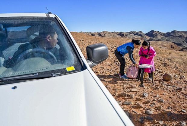Lái xe khắp hoang mạc tìm Wi-Fi cho con gái học online trong ngày dịch Covid-19: Vì con, cha mẹ sẽ làm tất cả! - Ảnh 2.