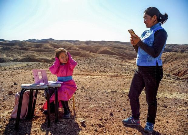 Lái xe khắp hoang mạc tìm Wi-Fi cho con gái học online trong ngày dịch Covid-19: Vì con, cha mẹ sẽ làm tất cả! - Ảnh 3.