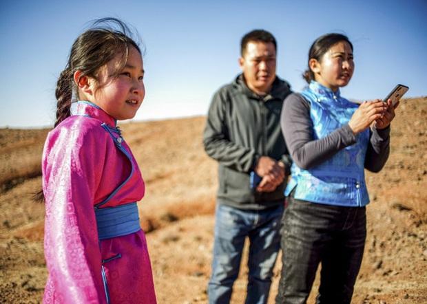 Lái xe khắp hoang mạc tìm Wi-Fi cho con gái học online trong ngày dịch Covid-19: Vì con, cha mẹ sẽ làm tất cả! - Ảnh 4.